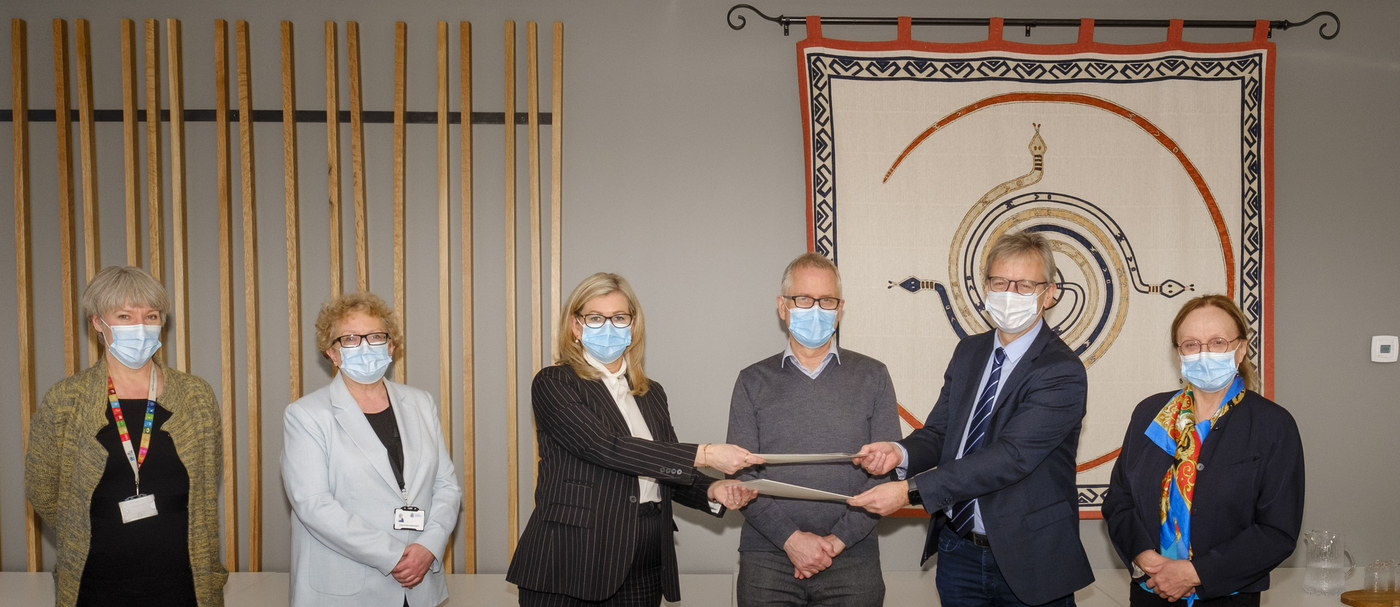 Representatives of the University of Iceland and the Directorate of Health happy and complying with public health guidance on Directorate of Health premises. IMAGE / Kristinn Ingvarsson