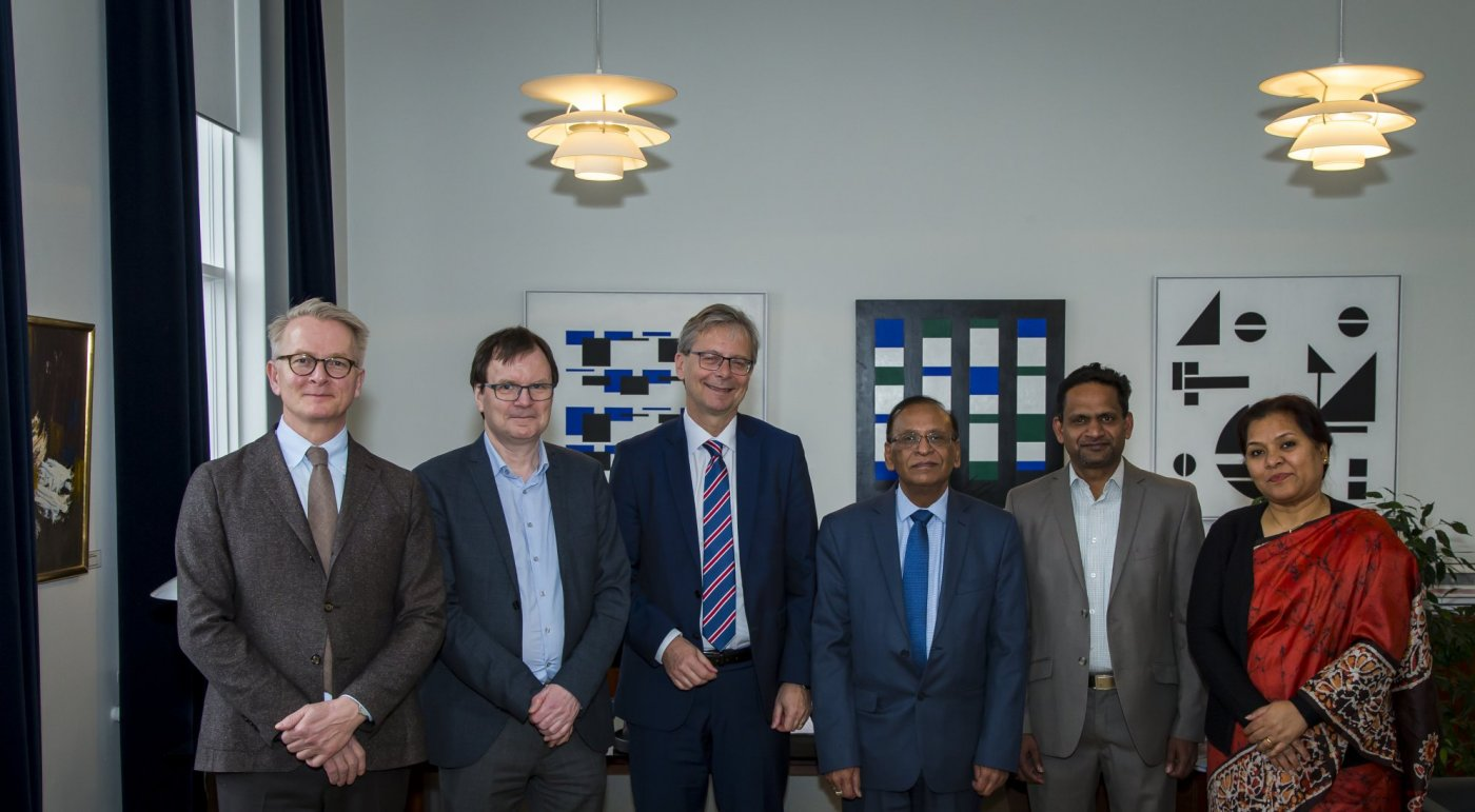 Representatives from the University of Iceland and the Indian Governemnt at the signing. From the left: Magnús D. Baldursson, Rector's Office Director, Guðmundur Hálfdánarson, Dean of the School of Humanities, Jón Atli Benediktsson, Rector of the University of Iceland, Rajiv K. Nagpal, India's Ambassador in Iceland, Krishna Kumar Damodaran, Professor at the Faculty of Physical Sciences, Alka Sarkar Attaché and Himanshu Toor, Assistant to the Ambassador. PHOTO/Kristinn Ingvarsson