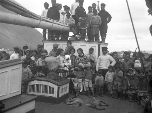 First Encounters. Greenlanders in Ísafjörður in 1925.