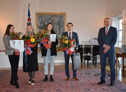 Þór­dís Rögn, Sunn­eva Sól, Ísól and Ari with Guðni Th. Jó­hann­es­son, President of Iceland