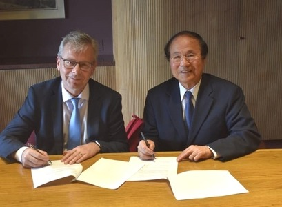 Jón Atli Benediktsson, Rector of the University of Iceland, and Henry T. Yang, Rector of UCSB, sign a renewed contract on collaboration between the universities.